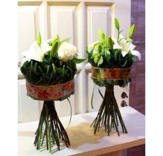Букет на каркасе из листьев и армированной ленты. Состав: лилия, роза, одноголовая хризантема, альстромерия, зелень.