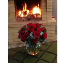 Розы красно-кирпичного цвета. Эвкалипт цинерея, гаультерия шаллон.