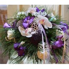 Зимний букет из кедровых веток, коробочек лотоса, орхидеи цимбидиум, орхидеи ванды, вероники,трахелиума, белой гвоздики, рускуса с атласными лентами.