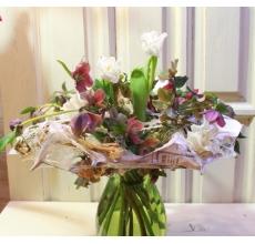 Букет на флористическом каркасе с 11 экзотическими хелеборусами и белыми сортовыми тюльпанами.