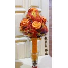 Высокий букет из 7 сортовых оранжевых роз на каркасе из волокон разноцветного сизаля с длинной ножкой из натуральной сетки.