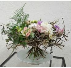 Букет на каркасе из веток. Состав: пионы, сиреневые гвоздики, фисташковые гвоздики, орхидеи цимбидиум, альстромерии, кустовые розы, восковник, зелень, лента.