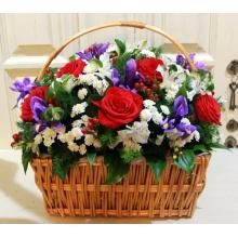 Небольшая корзина красных роз, хризантем, ирисов,альстромерии, гиперикума, зелени.