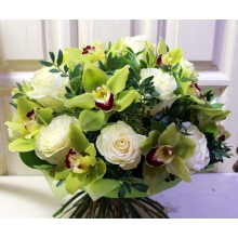 Нежный торжественный букет из 13 цветов зеленой орхидеи цимбидиум,13 белой розы мондиаль, веток фисташкового дерева в натуральной упаковке с атласными лентами.