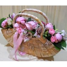 Композиция в декоративной сумочке из 5 розовых пионов, кустовой гвоздики, эустомы, альстромерии, зелени.