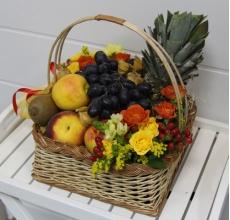Корзина: яблоки, апельсины, груши, ананас, персики, нектарины, лимон, киви, виноград, физалис. Цветы: кустовые розы, гиперикум, орнитогалум, солидаго.