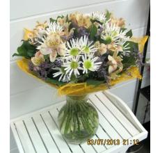 Букет из белой кустовой хризантемы, альстромерии, лимониума, зелени в натуральной упаковке из сизаля с атласными лентами.