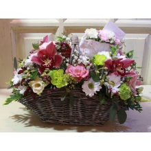 Состав: Орхидеи цимбидиум, кустовая фисташковая гвоздика, кустовая хризантема, эустома, восковник, анигозантос, гипсовый конверт с белой и розовой кустовой гвоздикой, зелень.
