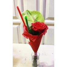 Мини-букет на каркасе с антуриумом, розой, зеленью, трубочками.