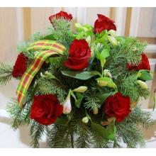 Зимний букет из пихты, красных роз, альстромерии, рускуса с флористической новогодней лентой.