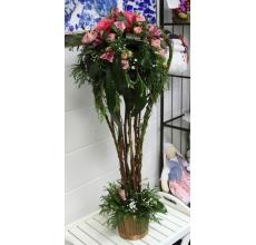 Напольная композиция в кашпо из веток, роз, кустовых роз, альстромерии, гипсофилы, кипариса, зелени с декоративной проволокой и трансформацией зелени.