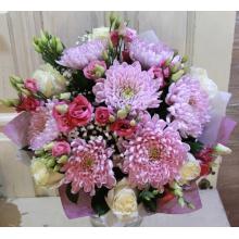 Букет из крупной сортовой хризантемы, белой розы мондеаль, эустомы, гипсофиллы, зелени в упаковке из фетра с лентами.