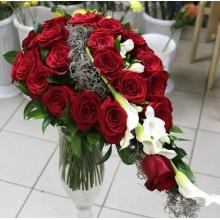 Букет на каркасе из 25 красных роз (эквадор) с крупными бутонами, каллами, нежной фрезией, зеленью, тилантсией с атласными лентами.
