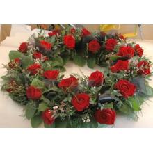 28 красных роз, восковник, эвкалипт, салал, органза, каркас.