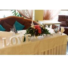 Композиции в рюмках мартини. Композиция на стол жениха и невесты - дуга.