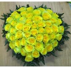 Большая настольная композиция на оазисе из желтых роз с зеленью.