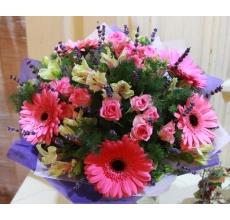 Букет из розовых гербер, розовых кустовых роз, альстромерии, лаванды, аспарагуса, зелени в натуральной упаковке с лентами.