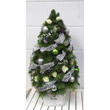 Новогоднее дерево из веток пихты, ели, кустовой белой розы, декоративных шаров, ленты.