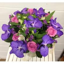 Большой праздничный букет из орхидеи ванды, роз, альстромерии, статицы с зеленью в натуральной упаковке с лентами