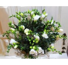 Букет из 21 белой фрезии, эвкалипта в натуральной упаковке с лентами.