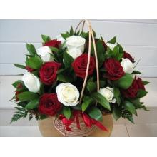 Корзина красных и белых роз с рускусом с доставкой