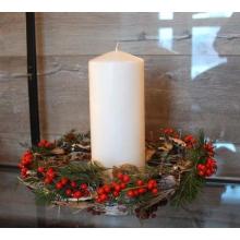90 ч - время горения свечи. Состав венка: пихта, илекс, шишки, кора апельсинов, рябина, сосна, листья, декоративные элементы