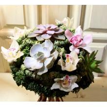 Букет комнатных растений и орхидей на каркасе из воскированной зелени с ножками из бамбука. У комнатных растений-суккулентов сохранена корневая система и они жизнеспособны, как при обычной высадке растений в грунт.
