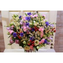 Большой букет летних цветов. Васильки, эустома, гиперикум, матрикария, альстромерия, зелень без упаковки с большим бантом.