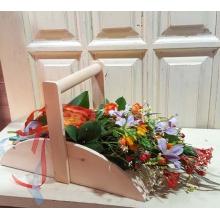 Деревянная корзина-короб. Все цветы получают питание, несмотря на то, что выглядят так, как будто их просто положили в корзину.