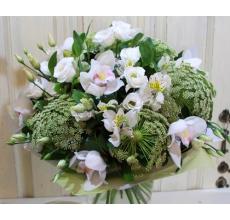 Букет из цветов орхидеи цимбидиум, альстромерии, зонтиков трахелиума амми, белой эустомы, зелени в натуральной упаковке с большим капроновым бантом.