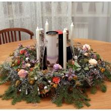 Lazy susan для стола со сменными свечами и венком на транспарентном каркасе с живыми цветами. Состав: персиковые гвоздики, клематис, кустовые гвоздики, пихта, корал ферн, физалис, елочные шары, елочные игрушки, конфеты шоколадные