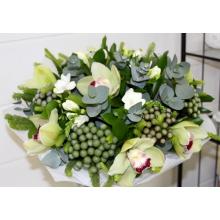 Букет из орхидеи, брунии, белой фрезии, эвкалипта, зелени в натуральной упаковке с лентами. Бруния может быть заменена по сезону другими ягодами.