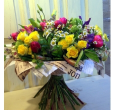 Букет из розовых пионов, кустовой розы, калины, матрикарии, клематиса, альстромерии, фисташковой эустомы, зелени в упаковке из бумаги крафт.