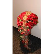 Напольная ниспадающая композиция в форме сердца из 101 красной розы, тиландсии, восковника, зелени, гирлянды из веток илекса в стеклянной вазе на длинной тонкой ножке. Высота композиции 110 -115 см.