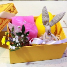 Пасхальный подарок в коробочке. Зайка ручной работы из натуральных тканей, свеча ручной работы в форме яйца с орнаментом, свеча ручной работы в форме шкатулки, бутоньерка из цветов и веточек с атласной лентой.