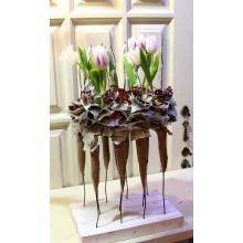 Композиция из 11 тюльпанов. Деревянная опора, пробирки, сухоцветы, бумага крафт.