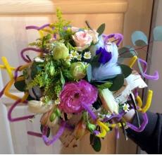 Букет на декоративном каркасе из эустомы, альстромерии, слидаго, матрикарии, кутовой розы с перьями и берестой.