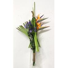 Букет из цветов стрелиции, трансформированной зелени, синего агапантуса с широкой перевязкой. Высота от 70 см.
