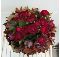 Букет на флористическом декоративном каркасе из сухоцветов (цветы и коробочки лотоса, орхидеи, целлозия и др сухоцветы) из кустовой красной розы и зелени с атласной лентой.
