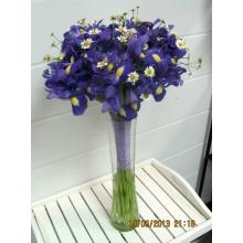 Букет из 25 синих ирисов, матрикарии с широкой флористической лентой и булавками.