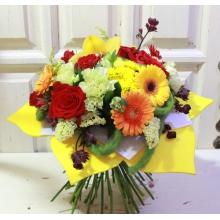 Мини-герберы, кустовые розы, розы, кустовая хризантема, астранция, статица,фисташковая гвоздика, эвкалипт, рускус.