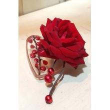 Бутоньерка на стеклянной основе в форме сердца с ягодами