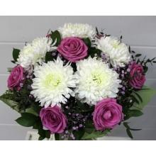 Букет из крупной белой хризантема, розовой розы, гипсофиллы, зелени в натуральной упаковке с лентами.
