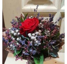Теплый яркий мини-букет и сортовой красной розы, брунии, ароматной лаванды, эвкалипта, лимониума, с декоративными прозрачными цветочками и бусинками, рускуса, в упаковке из бумаги крафт.
