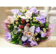 Букет из латируса лавандового цвета, белой орхидеи цимбидиум, альстромерии, матрикарии, зелени в упаковке из фетра с атласными лентами. Диаметр букета от 35 см.