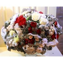 Большой праздничный букет на каркасе из листьев рускуса, эвкалипта, дуба, шишек. Состав: красные розы, белые розы, красные и бело-розовые кустовые розы, эвкалипт с ягодками, хлопок, зелень, лента.