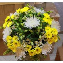 Большой букет из белых одноголовых хризантем, кустовых хризантем, альстромерии, матрикарии, солидаго, зелени в натуральной упаковке с лентами.