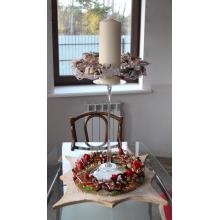 Композиция на большой стеклянной подставке. Нижний ярус рождественская звезда с кустовыми розами и жасмином. Верхний ярус - свеча - 90 часов горения с венком из хлопка, сухоцветов, бусин, ленты.