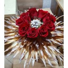 Букет на каркасе из сухоцветов: 9 красных роз, бруния, бусинки, лента.