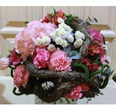 Букет на большом декоративном каркасе из сена. Состав: гортензия, гвоздика, кустовая гвоздика, кустовая роза, кустовая хризантема, эустома, альстромерия, эвкалипт, статица, лента